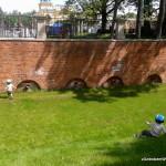 Turlanie się w wyschniętej fosie przy pałacu w Wilanowie