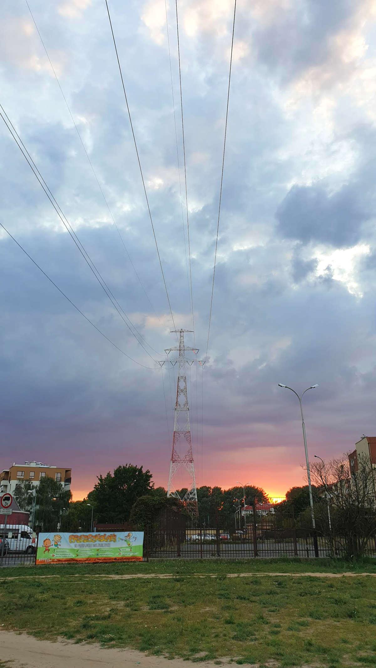 słup linii energetycznej na Nowodworach warszawa