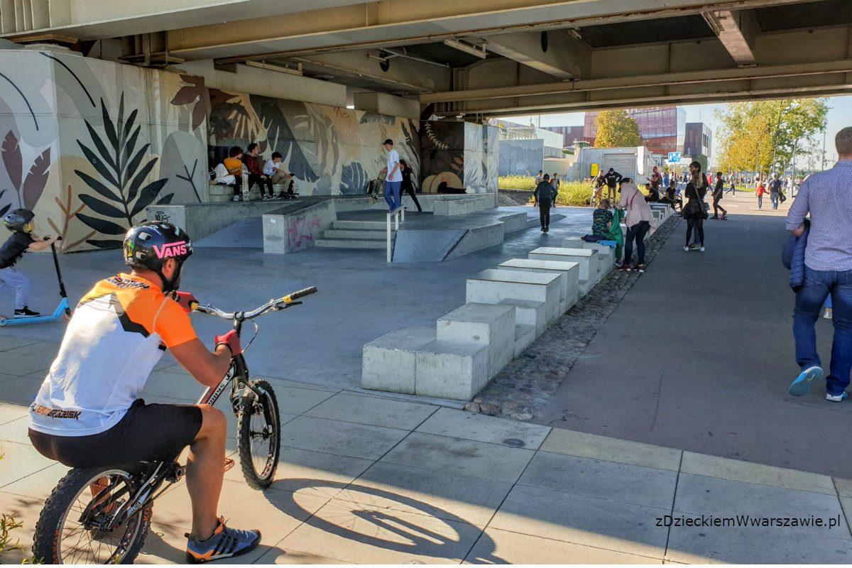 Skatepark pod Mostem Świętokrzyskim w użyciu